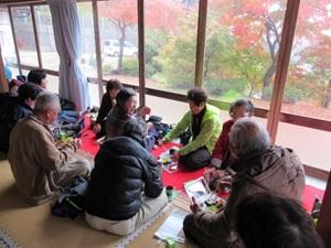 紅葉を眺めながらの昼食