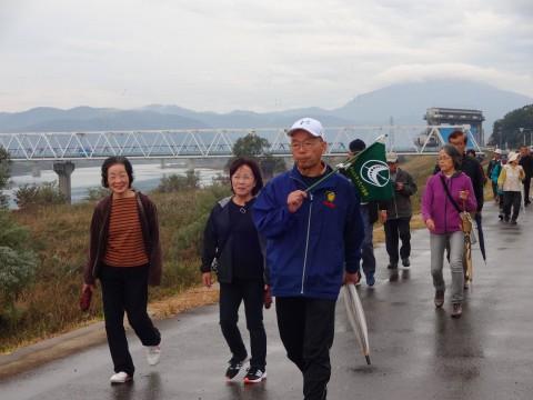 円山川沿いを歩く様子1