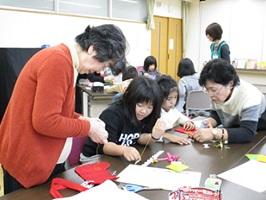 12月21日地元のボランティアとクリスマスブーツの裁縫体験