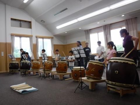 多目的ホールでの神鍋火山太鼓の体験の様子